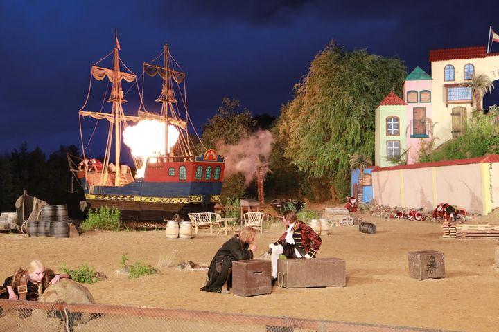 Bereit geentert zu werden? Das Piraten Open Air Theater Grevesmühlen findet ihr in Halle B4.EG, 108. Am Sonntag, 9.2. könnt ihr dort die bekannten Schauspieler Rocco Stark (spielt Piraten Captain Jack Rackham) von 10 – 18 Uhr und Anouschka Renzi (s...