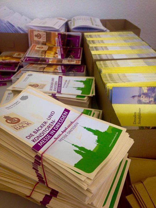 Es geht los. 1500 Info-Pakete wollen eingetütet und versandt werden.