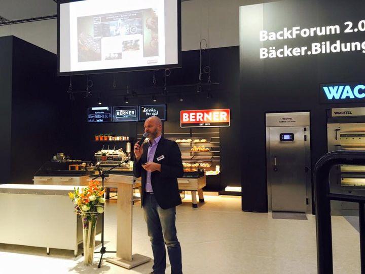 """Im BackForum 2.0 in Halle 1 stellt BERNER Ladenbau gerade das Thema """"IQ Shop - die vernetzte Filiale"""" vor."""