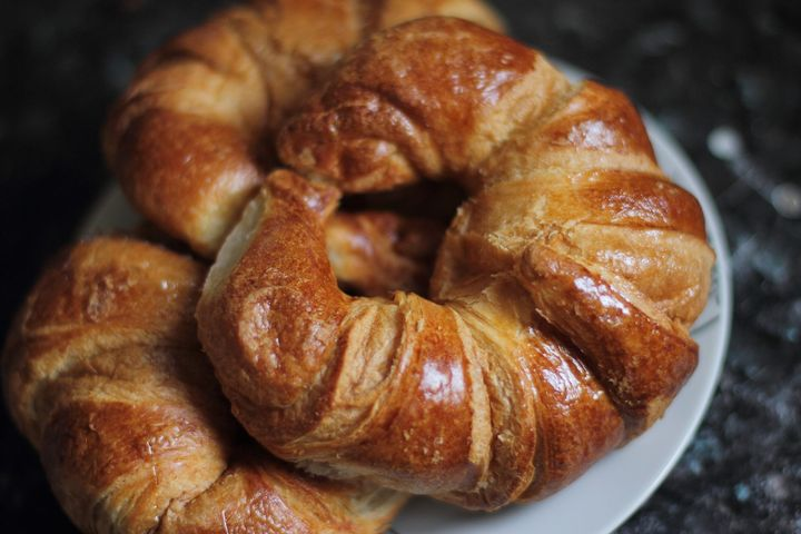 Schon gewusst? Den 30. Januar feiert man in den USA als Tag des Croissants (engl. National Croissant Day).   Croissant leitet sich im Französischen von croissant (de lune) = zunehmende Mondsichel ab. Ob klassisch süß mit Quark, Butter, Marmelade ode...