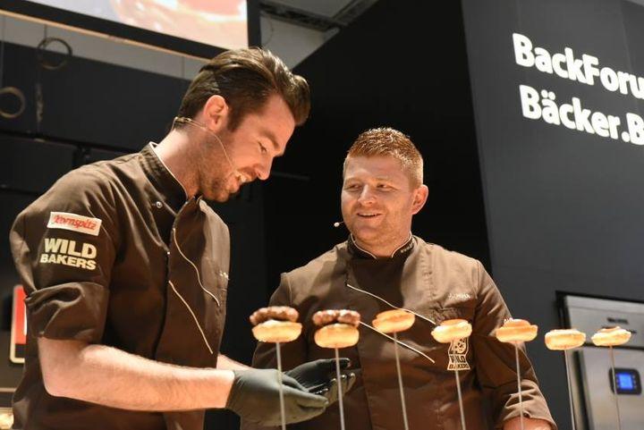 Ihr Ziel ist es, das Bäckerhandwerk wieder zu dem zu machen, was es ist - ein vielfältiges, innovatives und modernes Handwerk, zu dem einiges an Können und Fachwissen gehört. Johannes Hirth und Jörg Schmid kombinieren traditionelles Know-How mit o...