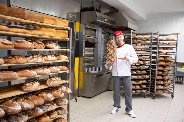 Musik und Backen - das sind seine zwei Leidenschaften. Für seine Abschlussarbeit beschallte er Sauerteig 16 Stunden lang mit unterschiedlicher Musik. Was passierte? Das Brot wurde aromatischer. Axel Schmitt ist der Heavy-Metal Bäcker und Erfinder des...
