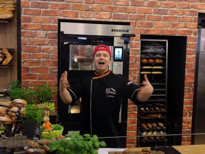 Heavy-Metal Bäcker Axel Schmitt macht ordentlich Stimmung am Stand der DEBAG Deutsche Backofenbau GmbH ? Um 13 Uhr ist er nochmal im BackForum 2.0 zu sehen.