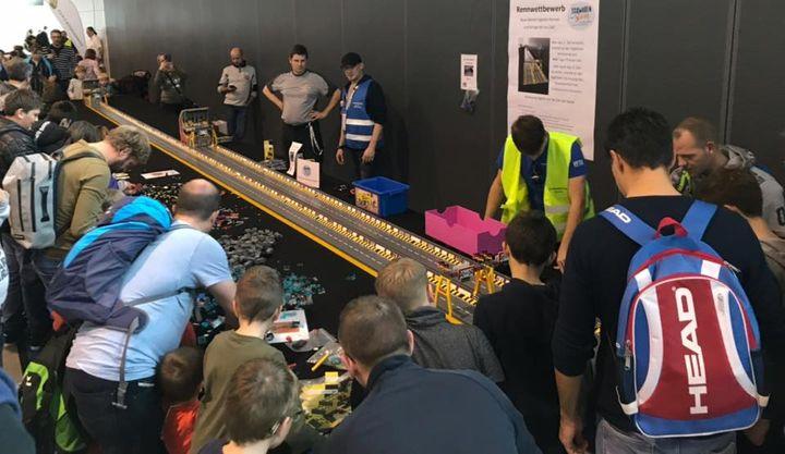 Allen Speedjunkies und Hobby-Rennfahrern bietet die Racing Strecke auf der Galerie der #spielemesse18 die Gelegenheit, das selbst gebaute Rennauto über den 5 Meter langen Race Track zu jagen. Echte Profis testen ihr Geschick auf der 10 Meter Bahn. All...