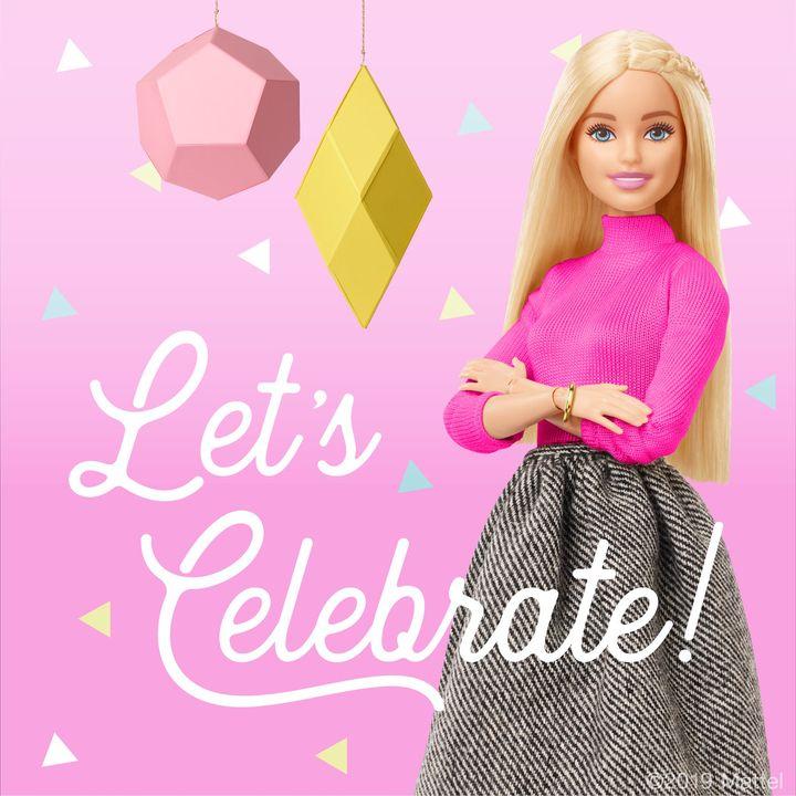 Barbie hat am Wochenende ihren 60. Geburtstag gefeiert! Im Laufe der letzten Jahre hat sich der bekannte Spielzeugklassiker neu erfunden, um moderne Rollenbilder zu vermitteln. Was sagt ihr zu den neuen Puppen, die neben blond und langbeinig auch kurvi...