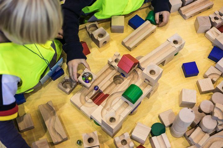 """Heute ist der internationale Weltspieltag! Der """"World Play Day"""" wurde 1999 ins Leben gerufen um darauf aufmerksam zu machen, wie wichtig das Recht auf Spielen für die Entwicklung von Kindern ist! Darum spielt heute und auch an allen anderen Tagen was..."""