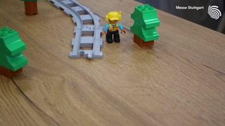 Macht mit bei unserem Weltrekordversuch! Mit den Jungs und Mädels von Schwabenstein 2x4 e.V. wollen wir auf der Spielemesse die längste Duplo-Eisenbahnstrecke der Welt bauen! Dafür brauchen wir eure Hilfe in Form von Schienenteilen. Wie das funktion...