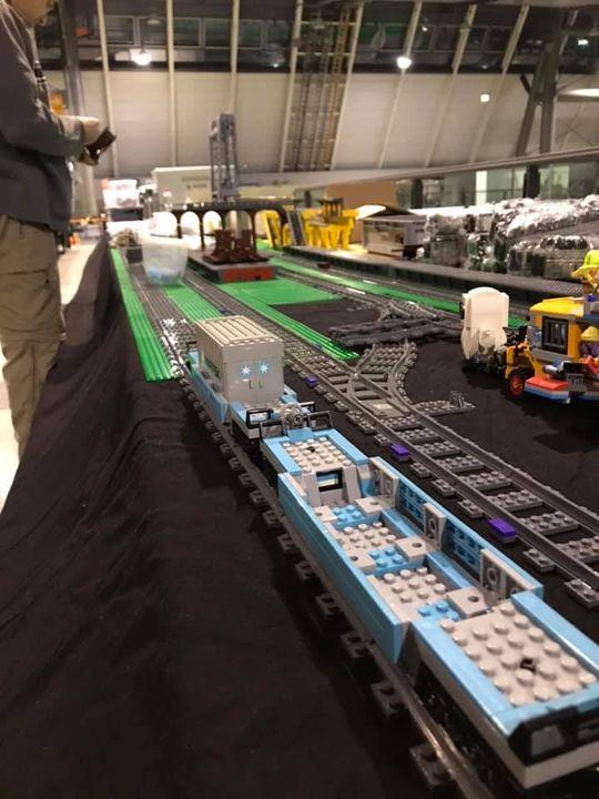 Fleißiges Treiben im L-Bank-Forum (Halle 1): Es wird aufgebaut was das Zeug hält! ?Bis morgen stehen die originalgetreuen Modelle und gigantischen Bauten aus Lego von Schwabenstein 2x4 e.V. ?Natürlich gibt es auch schon eine Menge Spiele versc...