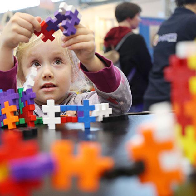 """Auch in diesem Jahr mit dabei – Spielwaren Kurtz. Unter dem Motto """"Wir erfüllen Kinderträume"""" präsentieren sich eine Vielzahl an namhaften Marken – von Kosmos über Ravensburger bis zu Nici. Freut euch mit eurer ganzen Familie auf ein breit..."""