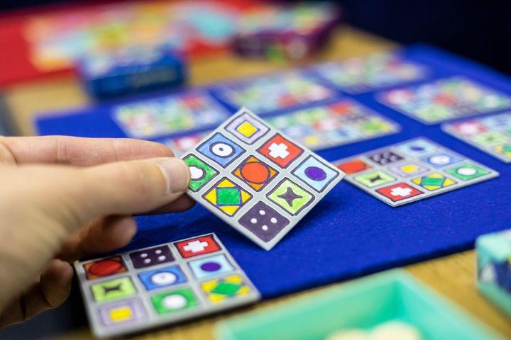 Ihr wollt Spiele, die noch gar nicht auf den Markt sind, entdecken und vorab testen? In der Anspieler-Lounge auf der #spielemesse19 ist das gar kein Problem! Dort könnt ihr Spiele von kleinen und individuellen Verlagen spielen. Lust bekommen? In zwei...