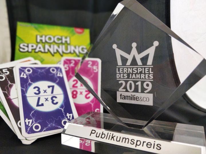 Hochspannung - so heißt das Lernspiel des Jahres 2019 der Zeitschrift familie&co!?  Auf der #Spielemesse19 wählten die Besucher das Action-geladene Kartenspiel zu ihrem Favoriten. Der Titel ist Programm: Reaktionsschnelligkeit und Rechenkünste si...
